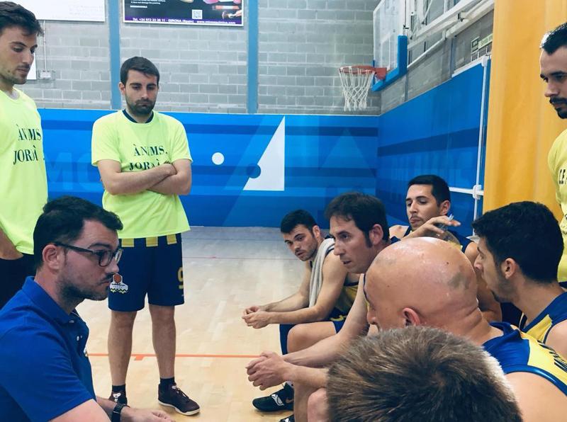Sergio Menéndez, donant instruccions als seus jugadors. (Foto: CE Palamós).