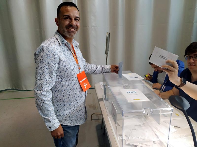 Cristóbal Posadas (Ciutadans) en el moment d'exercir el seu dret de vot, aquest matí.