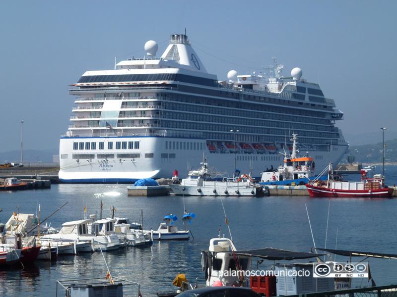 El creuer Riviera, atracat al moll comercial Fèlix Ribera del port de Palamós, en una imatge d'arxiu.
