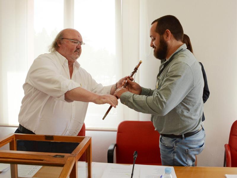 Miquel Bell-lloch rebent la vara d'alcalde del seu predecessor, Jordi Soler. (Foto: Ajuntament de Calonge i Sant Antoni).
