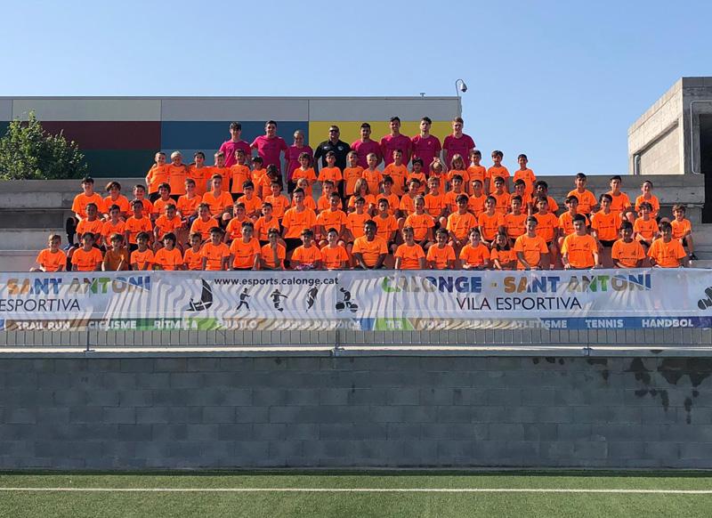 El grup de mainada que participa al campus Futcamp. (Foto: Escola de Futbol de Calonge i Sant Antoni).