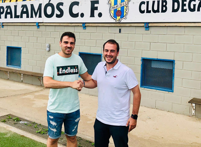 Jordi Tuscà, darrer fitxatge del Palamós, ahir amb el director esportiu Josep Rochés. (Foto: Palamós CF):