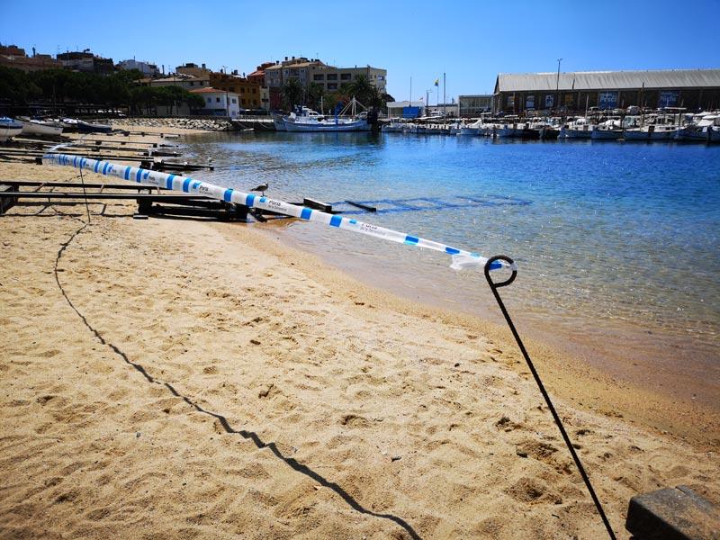 El racó de la platja Gran tancat, aquest matí. (Foto: Ajuntament de Palamós)