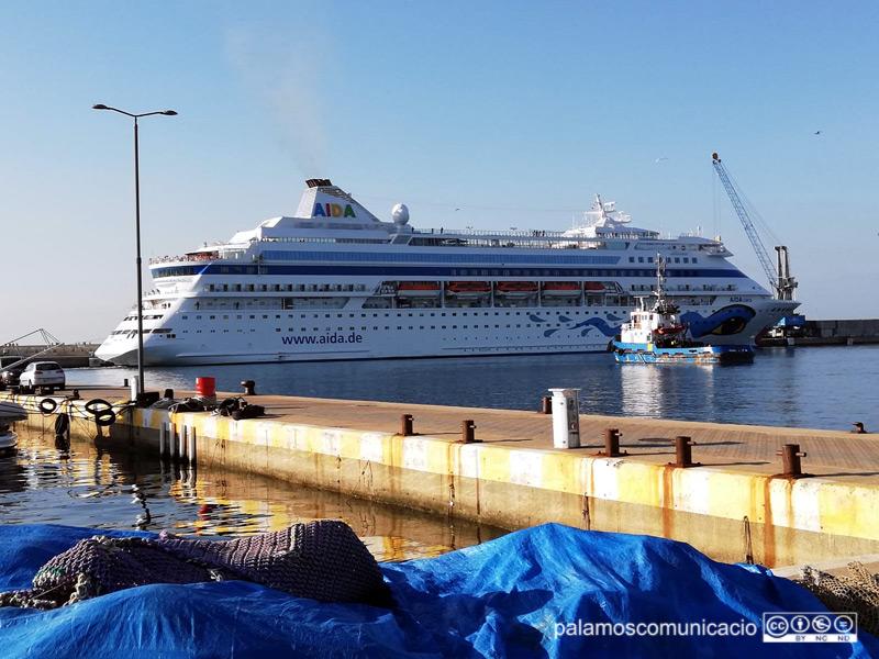 L'AIDAcara, amarrat aquest matí al port de Palamós.