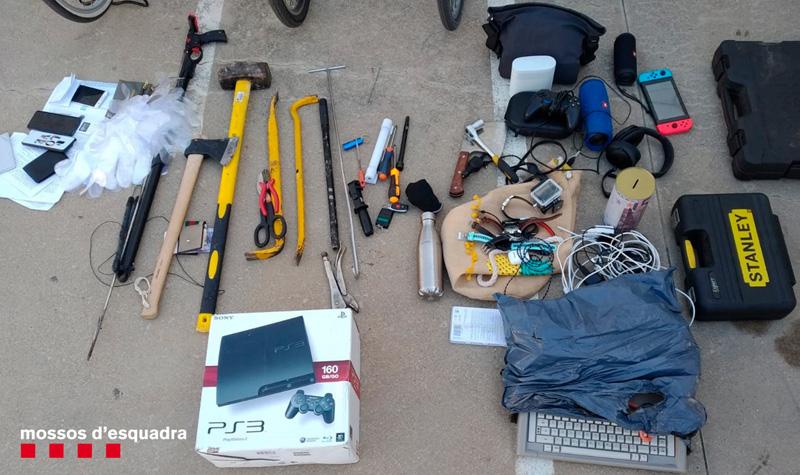 Alguns dels objectes que els Mossos van intervenir als detinguts. (Foto: Mossos d'Esquadra).