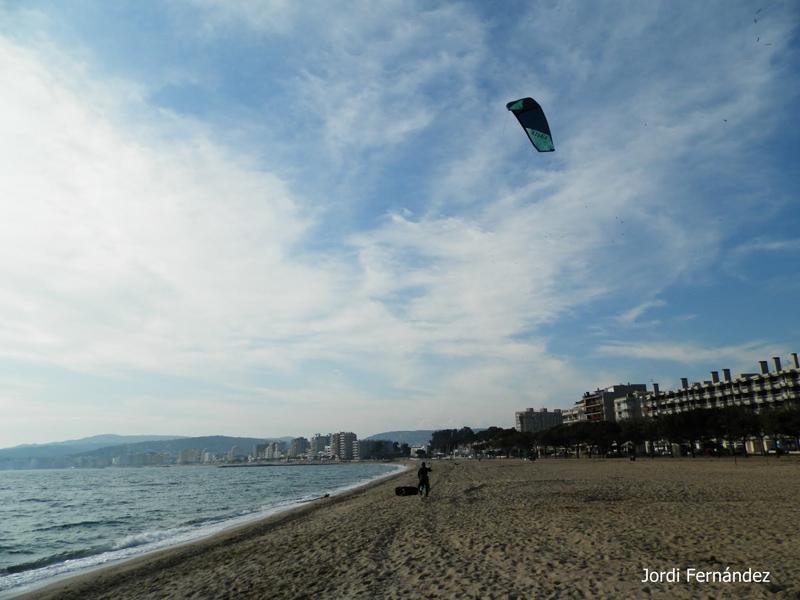 Núvols alts i un practicant de surf d'estel a la platja Gran de Palamós, el passat dimecres. (Foto: J. Fernández tempspalamos.blogspot.com).