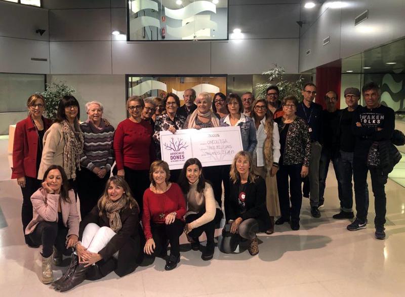 Acte de la donació dels beneficies de la Cursa de la Dona. (Foto: Fundació Oncolliga).
