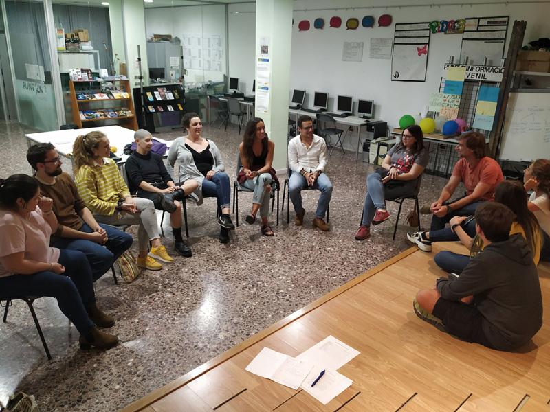El Club Lila es reuneix un divendres al mes. (Foto: Punt Jove Palamós).