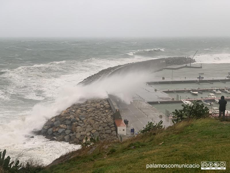 Una onada supera l'ecullera del Port Marina, la setmana passada durant el temporal.