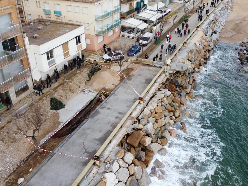 Vista aèria del passeig de Sant Antoni, amb una part del parterre enfonsada. (Foto: Àlex R.).