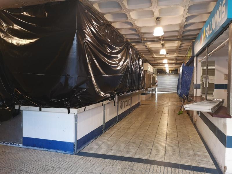 Parades del Mercat tancades, la setmana passada, abans de començar les obres. (Foto: Ajuntament de Palamós).