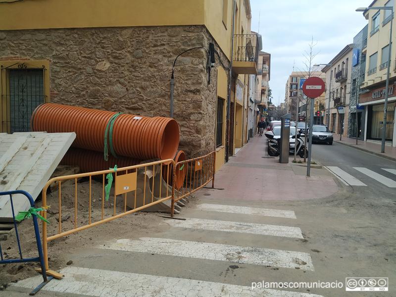 El motiu és la instal·lació d'un col·lector d'aigües plujanes al carrer de la Mercè, que travessa President Macià.