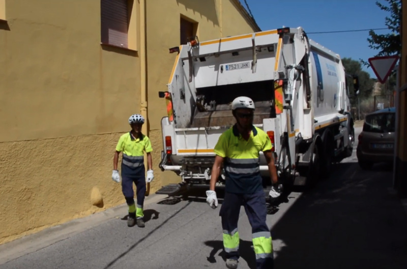 Operaris de l'empresa de neteja fent la tasca de recollida d'escombraries. (Foto: Ajuntament de Calonge i Sant Antoni).