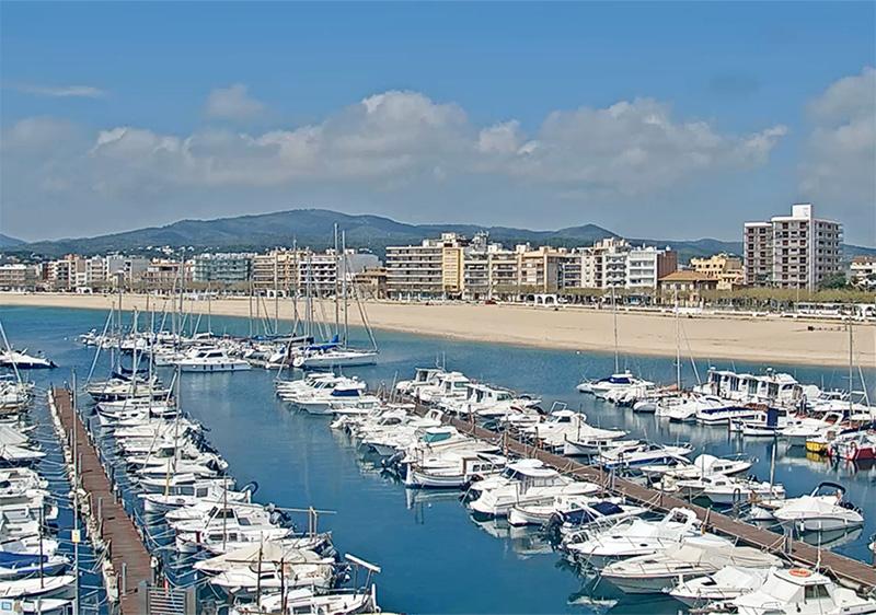 Imatge de la Platja Gran de Palamós, en una imatge d'aquest matí de la webcam instal·lada sobre el Museu de la Pesca de Palamós.