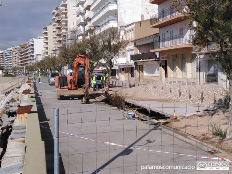 Obres per tapar l'esvoranc al passeig de Josep Mundet, aquest matí.