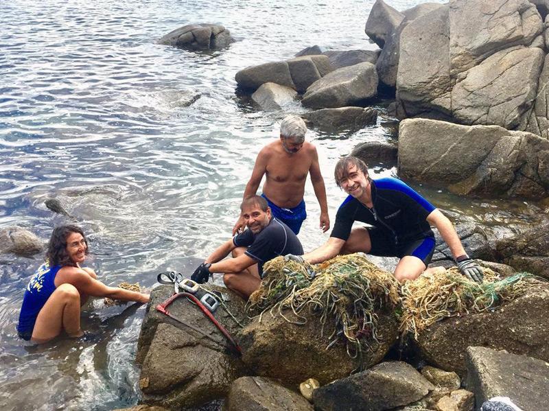 Voluntaris d'Amics de les Illes Formigues retirant xarxes fantasma. (Foto: Amics de les Illes Formigues).