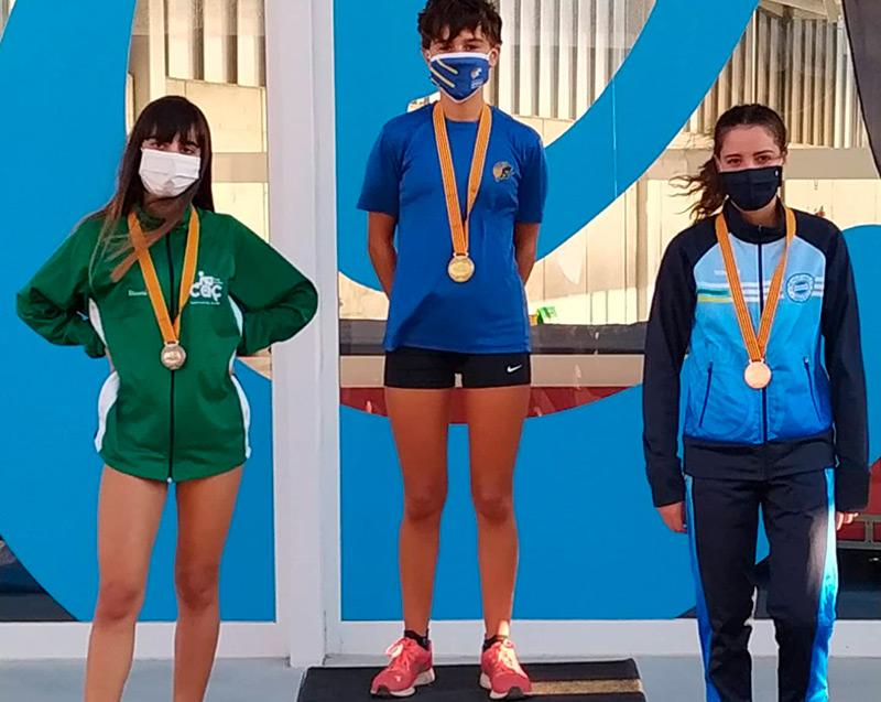 Blanca Batlle, al centre, campiona de Catalunya Sub18 en els 3.000 metres llisos. (Foto: AA Palamós).
