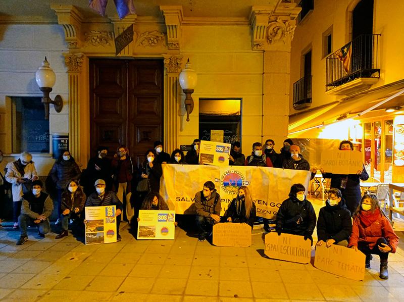 Una vintena de persones es van manifestar ahir davant l'Ajuntament en contra de les obres del camí de ronda. (Foto: SOS Oosta Brava).