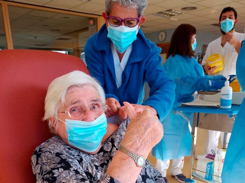 La Neus Niell, i la resta de residents del Palamós Gent Gran, van rebre ahir la segona dosi de la vacuna. (Foto: SSIBE).