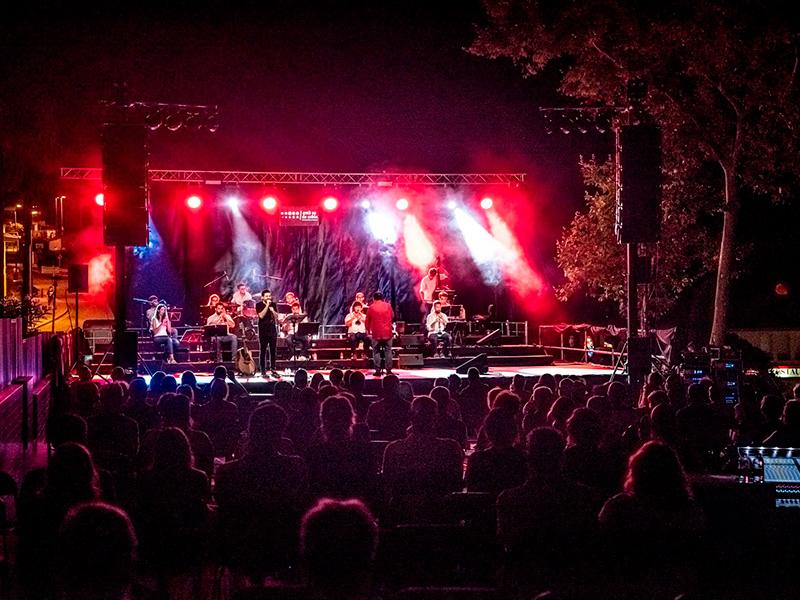 Actuació de la Cobla Bisbal Jove durant el festival 'Amb so de cobla' 2020, al passeig de les PItes. (Foto: ambsodecobla.cat).