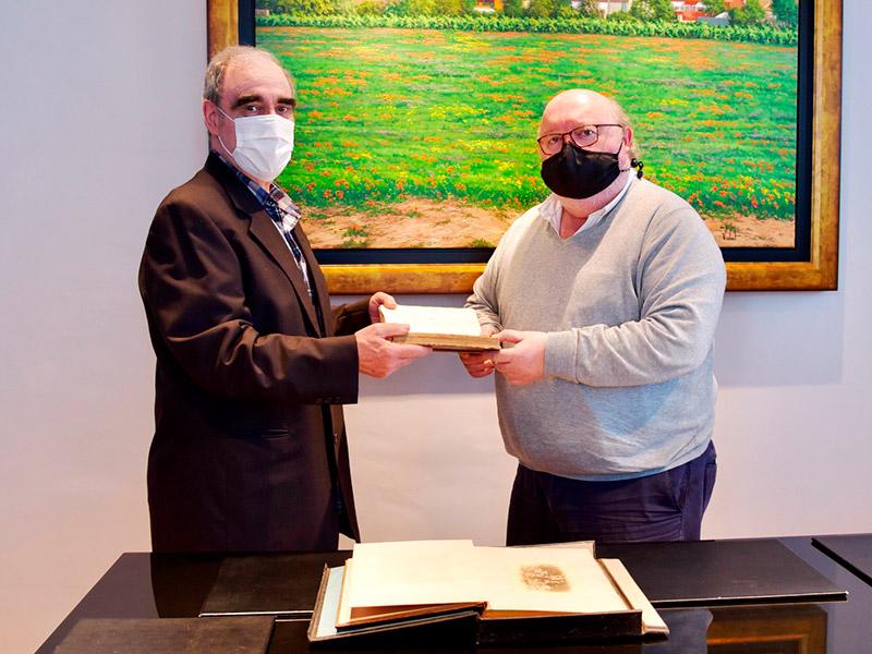 Joan Dalmau Puig ha cedit a l'Ajuntament de Calonge i Sant Antoni dos llibres històrics. (Foto: Ajuntament de Calonge i Sant Antoni.