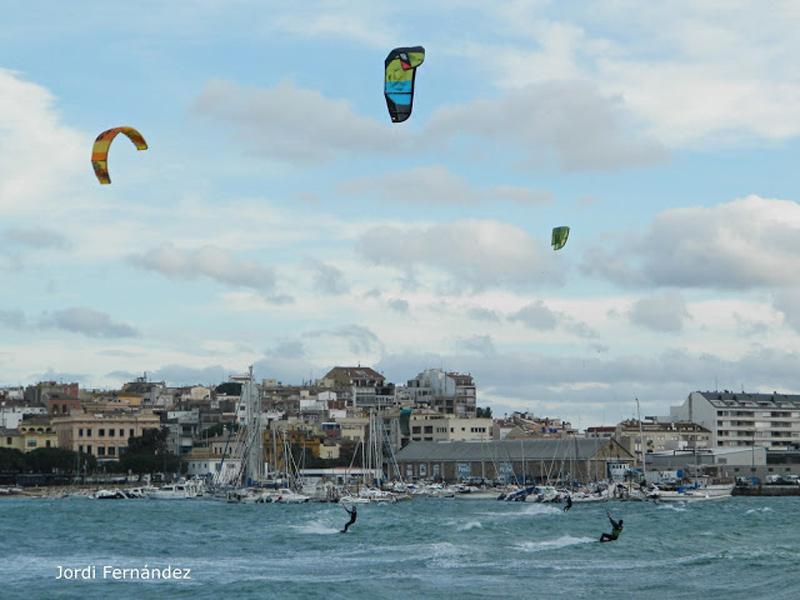 Imatge d'arxiu amb gent fent kitesurf a la badia de Palamós. (Foto: Jordi Fernàndez).