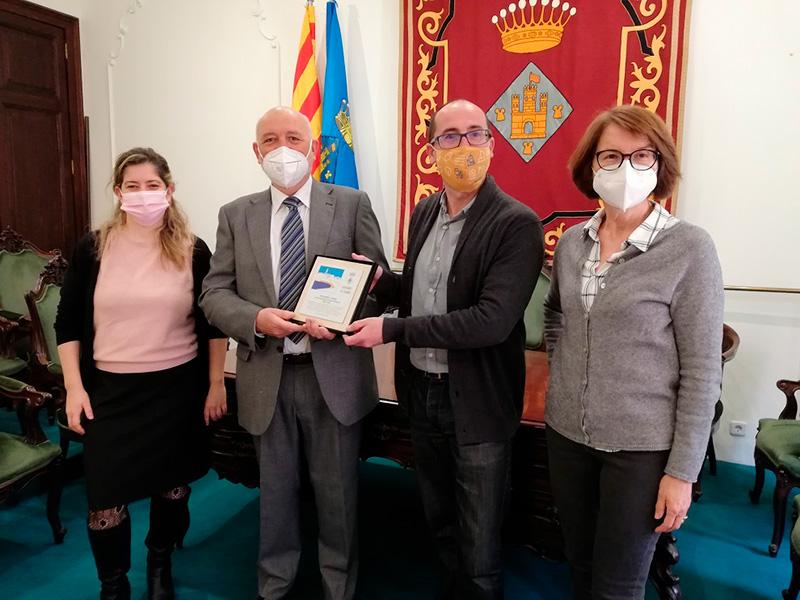 Fina Camós, a la dreta de la imatge, és la nova Síndica de Greuges de Palamós en substitució de David Sagrera. (Foto: Ajuntament de Palamós).
