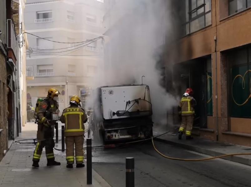 La màquina es va incendiar per causes que encara es desconeixen. (Foto: Ajuntament de Palamós).