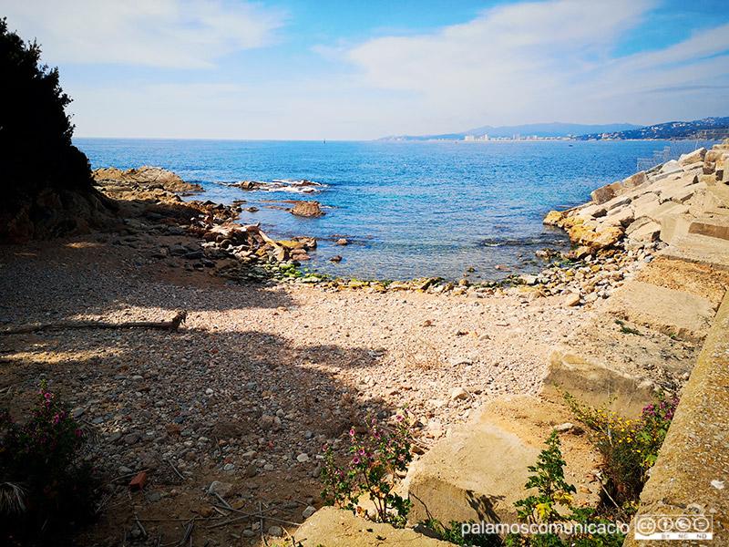 La cala de Pere Grau està situada en el racó que formen el dic d'abric del moll comercial i la franja litoral que condueix fins al far de Palamós.