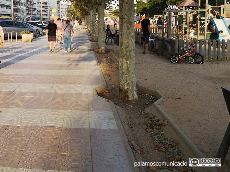 Canals de ciment que recullen l'aigua plujana al passeig del Mar.