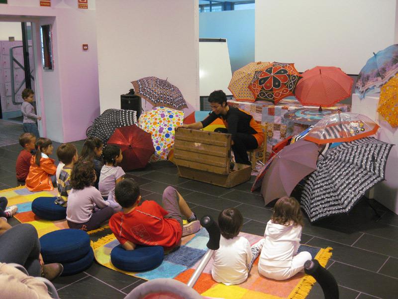 Una sessió de l'hora del conte a la biblioteca, en una imatge d'arxiu.