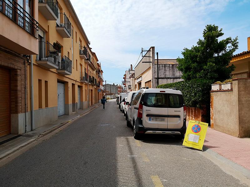 El carrer de la Riera, senyalitzat per les tasques de neteja programades per demà.