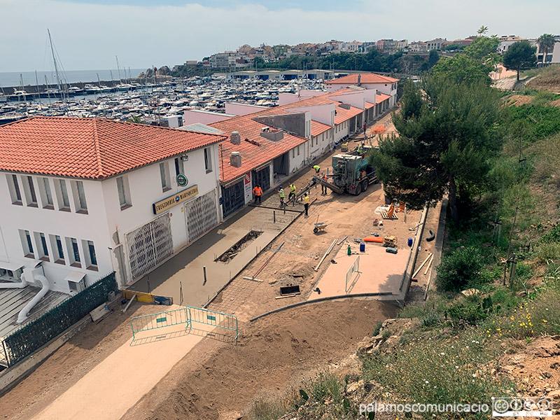 Operaris treballant ahir a la tarda en els nous locals del Port Marina Palamós.