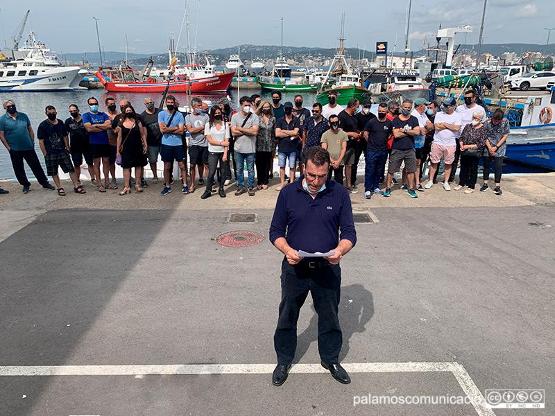 El Patró Major de la Confraria de Pescadors de Palamós, Toni Albalat, en el moment de llegir el manifest.