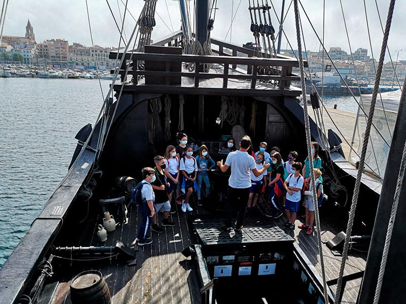 Un grup d'escolars visiten la Nao Victòria. (Foto: Ajuntament de Palmaós).