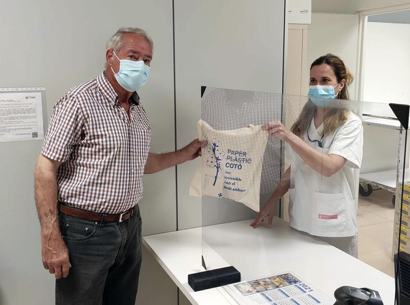Un usuari rebent els medicaments amb la nova bossa de cotó orgànic al servei de Farmàcia de l'hospital. (Foto: SSIBE).