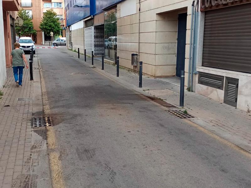 Accés lateral al Mercat Municipal pel carrer d'Emili Joan. (Foto: Junts x Catalunya Palamós i Sant Joan).