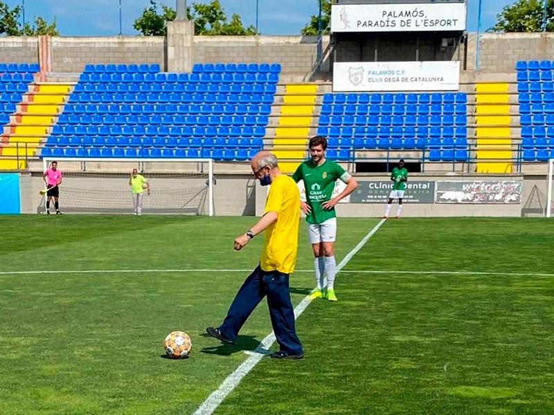 Utiller del Palamós durant més de 30 anys, Josep Arxer va fer diumenge el xut d'honor abans del partit. (Foto: Palamós CF).