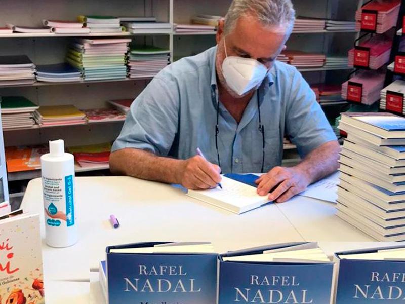 Rafel Nadal signant a Girona exemplars del seu darrer llibre,