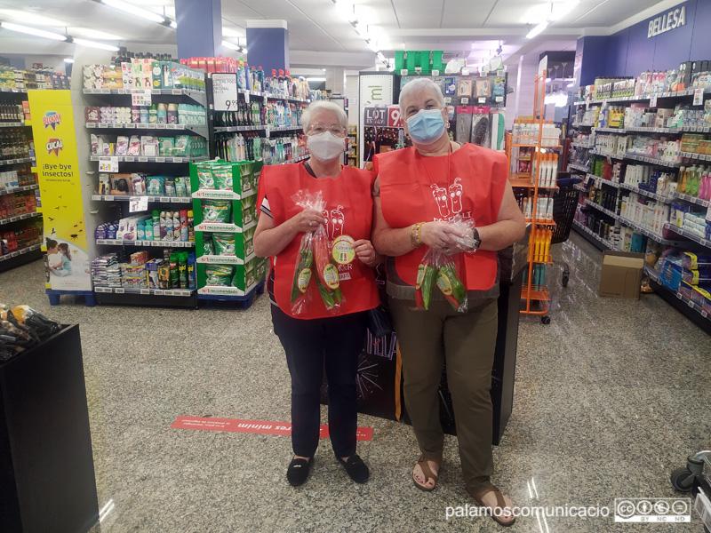 Voluntàries d'Oncolliga, aquest matí al supermercat Condis de Palamós.