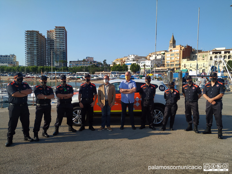 Voluntaris de Protecció Civil amb l'alcalde i el regidor de l'Àrea, ahir durant la presentació del cos.