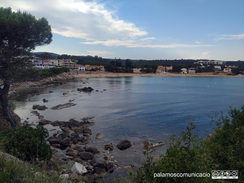 Vista de Sa Tamardia i La Fosca, amb l'aigua del mar plàcida, la setmana passada.