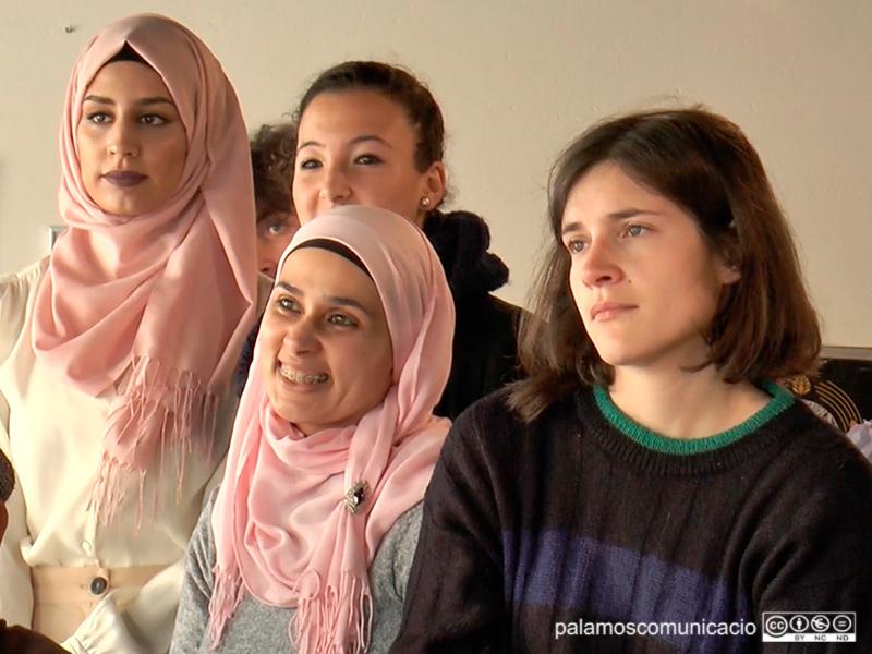 Dues noies amb hijab, en una imatge d'arxiu del 8-M del 2018.