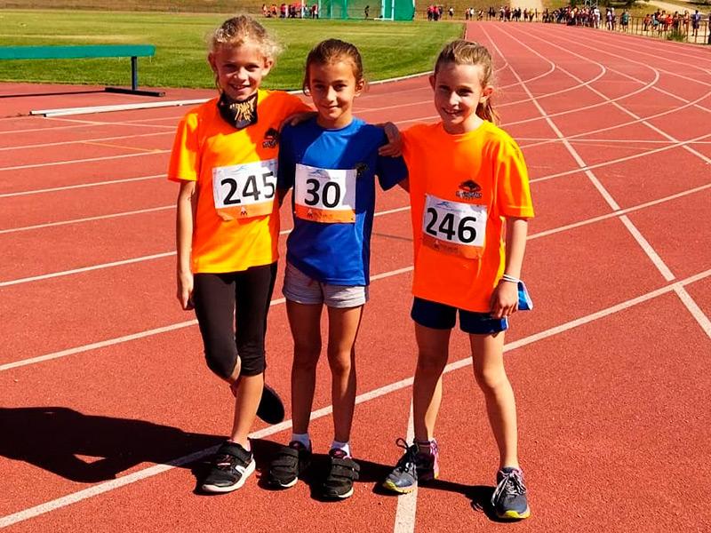 La benjamina Ivet Martí, al centre de la imatge, va córrer els 1.000 metres en un temps de 4'02''55. (Foto: AA Palamós).