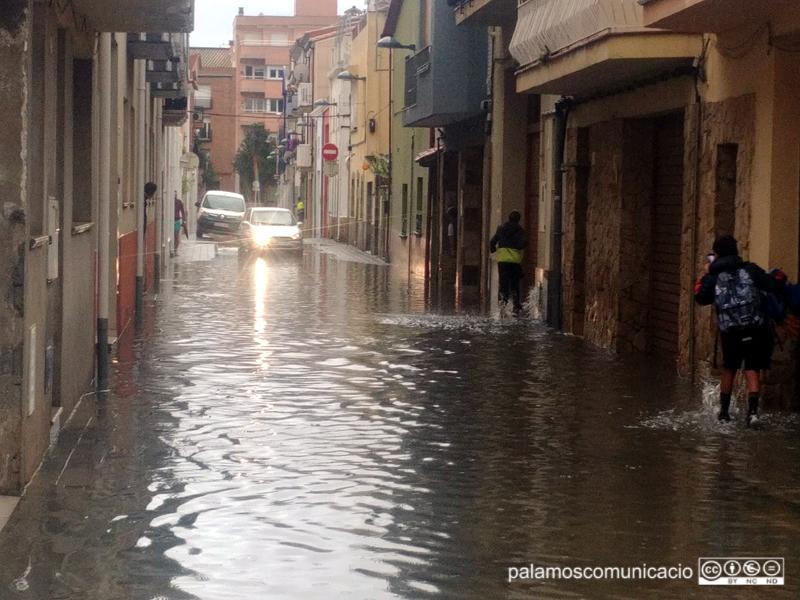 EL carrer d'Emili Joan, inundat després d'un fort ruixat el mes d'octubre de 2019.