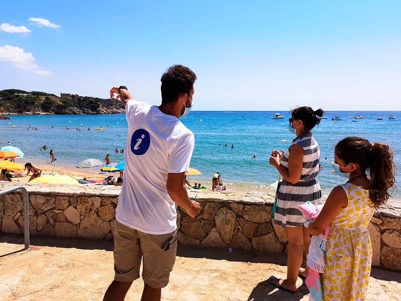 Un dels informadors de platja a la Fosca, l'any passat. (Foto: Ajuntament de Palamós).