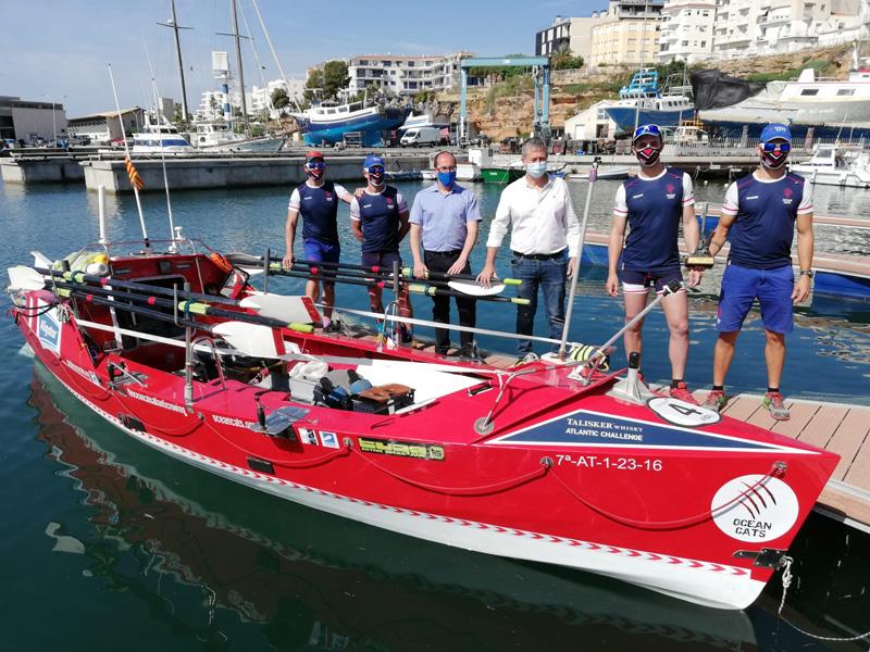 L'equip d'OceanCats acompanyats dels alcaldes de Palamós i de l'Ametlla de Mar. (Ajuntament de Palamós).