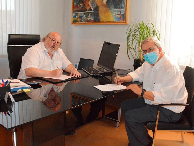 L'alcalde, Jordi Soler, i Esteve Ayats, responsable d'Aglomerats Girona, van signar ahir el contracte. (Foto: Ajuntament de Calonge i Sant Antoni).