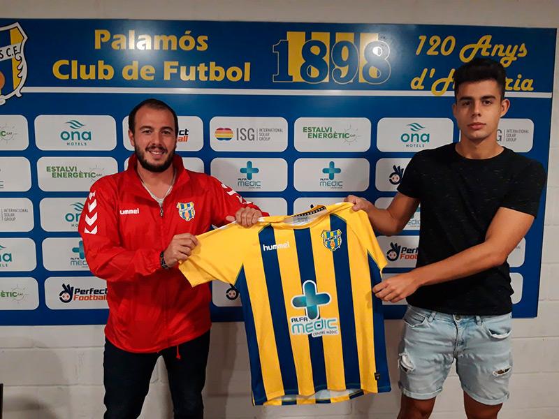 Sergi Bas , amb l'exdirector esportiu del Palamós, l'any passat quan va ser presentat pel club. (Foto: Palamós CF).