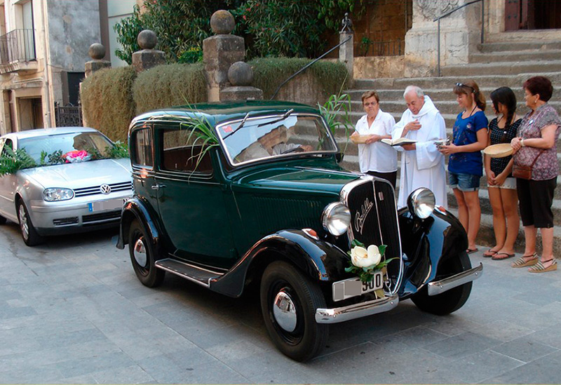 Imatge d'arxiu de la benedicció de vehicles davant l'Església de Sant Martí de Calonge. (Foto: Club Motor Clàssic Calonge).